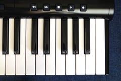 Vista superior do teclado de piano com chaves brancas e pretas no fundo branco Fotografia de Stock
