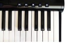 Vista superior do teclado de piano com chaves brancas e pretas no fundo branco Fotos de Stock Royalty Free