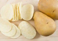 Vista superior do tubérculo da batata e as microplaquetas ou a batata frita de batata Imagens de Stock Royalty Free