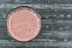 Vista superior do vidro com milkshape da morango na tabela de madeira r?stica com espa?o da c?pia imagens de stock