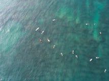 Vista superior do zangão de muitos surfistas que esperam para travar a onda seguinte fotografia de stock