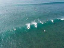 Vista superior do zangão de muitos surfistas que esperam para travar a onda seguinte foto de stock royalty free