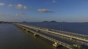 Vista superior do zangão no lago longo da ponte, Tailândia Fotos de Stock Royalty Free