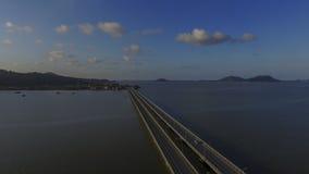 Vista superior do zangão no lago longo da ponte, Tailândia Imagem de Stock