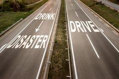 Vista superior dois em uma linha estrada larga com mensagem inspirador contra beber e conduzir foto de stock royalty free