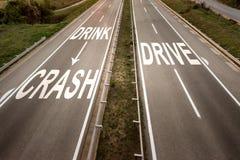 Vista superior dois em uma linha estrada larga com mensagem inspirador contra beber e conduzir imagens de stock
