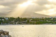 Vista superior dos bancos da baía de Paphos, Chipre, durante o nascer do sol da manhã O homem no barco no primeiro plano fotografia de stock