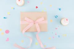 Vista superior dos bolos e da caixa de presente com modelo da fita Fotografia de Stock Royalty Free