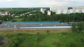 Vista superior dos carros que movem sobre a estrada vídeos de arquivo
