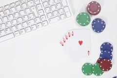 Vista superior dos cartões ao lado das microplaquetas e do teclado de pôquer Foto de Stock Royalty Free