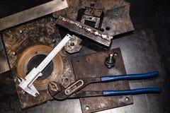 vista superior dos compassos de calibre e dos alicates na bancada do metal imagens de stock