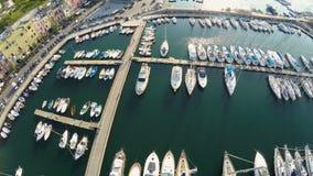 A vista superior dos iate e dos barcos amarrou na cidade italiana bonita, férias de verão video estoque