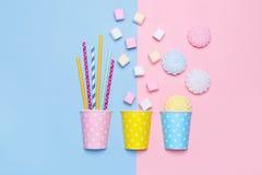 Vista superior dos marshmallows, das merengues e dos tubos pasteis do cocktail foto de stock royalty free