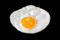 Vista superior dos ovos fritos no fundo preto Imagens de Stock