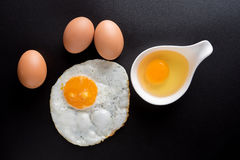 Vista superior dos ovos fritos no fundo preto, ovo, ovos em uma bacia Imagem de Stock Royalty Free