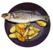 Vista superior dos peixes e de batatas fritadas na placa Fotografia de Stock Royalty Free