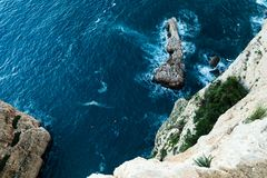 Vista superior dos penhascos, baías, mar claro - fundo da natureza imagem de stock
