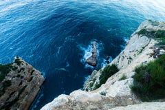 Vista superior dos penhascos, baías, mar claro - fundo da natureza imagens de stock