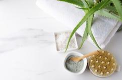 Vista superior dos produtos na tabela de mármore para o procedimento do chuveiro no banheiro imagens de stock