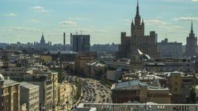 Vista superior dos telhados e o tráfego nas ruas da cidade vídeos de arquivo