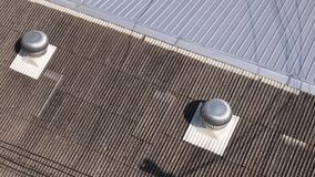 Vista superior dos ventiladores de gerencio da turbina que trabalham no telhado vídeos de arquivo