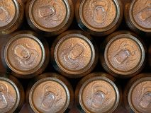 Vista superior e fim acima de latas de cerveja de refrescamento imagens de stock royalty free