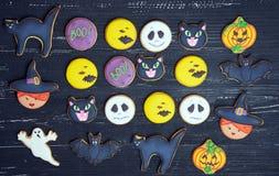 Vista superior em biscoitos engraçados do gengibre para Dia das Bruxas imagem de stock royalty free