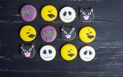 Vista superior em biscoitos engraçados do gengibre para Dia das Bruxas fotografia de stock