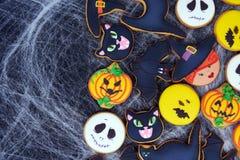 Vista superior em biscoitos engraçados do gengibre para Dia das Bruxas fotografia de stock royalty free