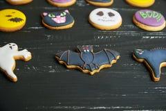 Vista superior em biscoitos engraçados do gengibre para Dia das Bruxas fotos de stock