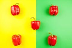 Vista superior em cinco pimentas vermelhas doces frescas Foto de Stock