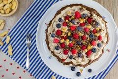 A vista superior em um bolo de Pavlova com creme da baunilha e a floresta frutificam Fotos de Stock Royalty Free