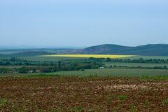 A vista superior em um vale entre as montanhas de Balcãs na mola imagens de stock royalty free