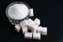 Vista superior em uma bacia com açúcar granulado e refinado do branco no bl fotografia de stock royalty free