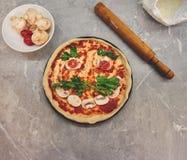 Vista superior em uma pizza parcialmente cozinhada com produtos apresentados sob a forma de um sorriso com um bigode imagens de stock