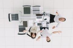 Vista superior Empregados felizes que sentam-se na mesa de escritório fotografia de stock
