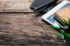 Vista superior entregue usando o telefone esperto, os pagamentos da tabuleta e guardar a compra em linha do cartão de crédito, fotos de stock
