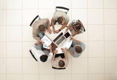 Vista superior a equipe do negócio guarda uma mesa redonda imagens de stock