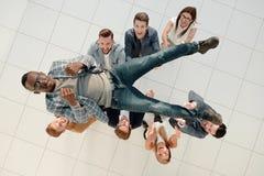 Vista superior a equipe do negócio joga acima seu líder Fotos de Stock