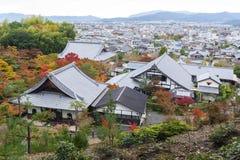 Vista superior escénica del templo de Enkoji y del horizonte del norte de la ciudad de Kyoto durante otoño Foto de archivo