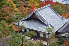 Vista superior escénica del templo de Enkoji y del horizonte del norte de la ciudad de Kyoto durante otoño Foto de archivo libre de regalías