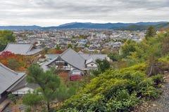 Vista superior escénica del templo de Enkoji y del horizonte del norte de la ciudad de Kyoto durante otoño Fotos de archivo