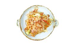 A vista superior fritou macarronetes do soba do yaki com carne de porco na placa isolada no fundo branco fotos de stock