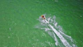 vista superior 4K de las impulsiones del esquí del jet almacen de video