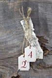 Vista superior a la hoja de música y a 24 para la Navidad en backgrou de madera Fotografía de archivo