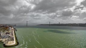 Vista superior larga 25 de abril Bridge em Lisboa sobre Tagus River Fotografia de Stock Royalty Free