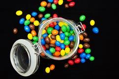 vista superior, lotes de doces coloridos no frasco transparente foto de stock royalty free