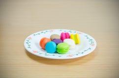 Vista superior Macarons na madeira Imagens de Stock Royalty Free