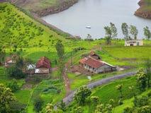A vista superior mostra casas, campos e água foto de stock