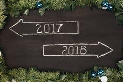 vista superior a 2017, muestras de 2018 años con las decoraciones de la Navidad alrededor en oscuridad Imagen de archivo